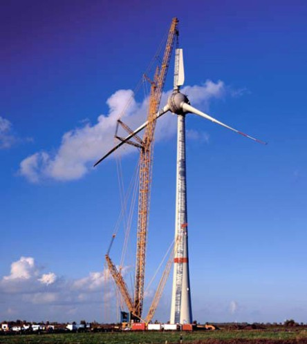 A large wind turbine under construction. This model, the E-126, has a total height of 200 metres and can generate 7.5 megawatts of electricity at peak output (Image: http://images.huffingtonpost.com/2008-06-13-enercone126.jpg)
